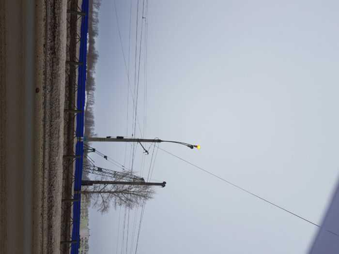один из многих сияющих фонарей проспекта Созидателей в 12.25 минут 26 января 2021 года