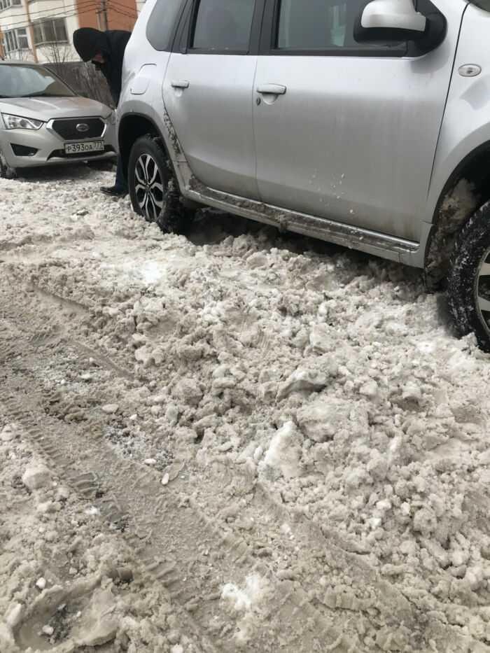 Машина закопалась в снегу