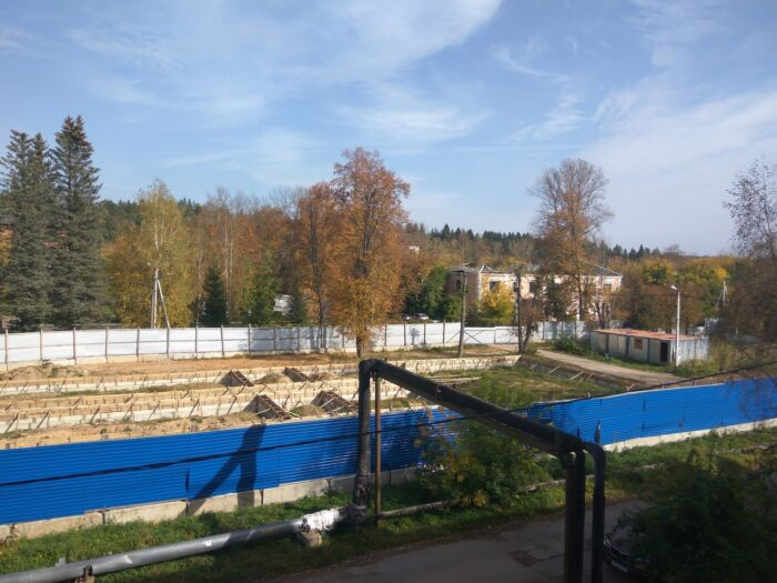 Начавшаяся и замороженная стройка рядом с главным учебным корпусом