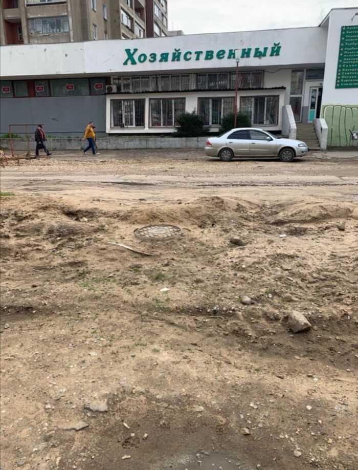 Недоделанная дорога и разбитый тротуар