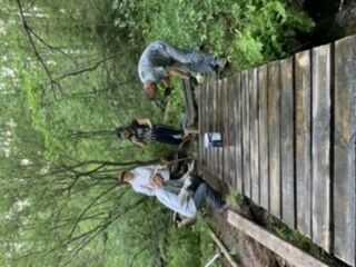 Жители строят мост