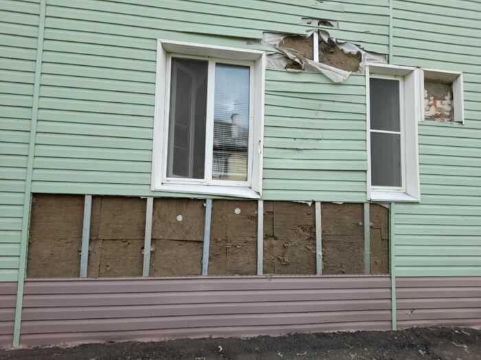 Дом окно и стена