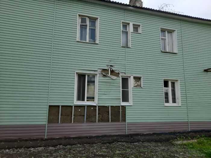 Дом после удара суком дерева