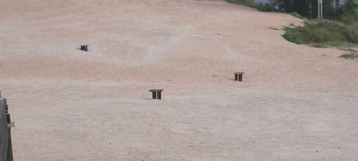 Вкопанные в песок сваи от инсталяций