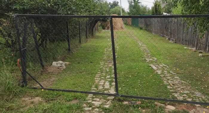Забор на общественной дороге